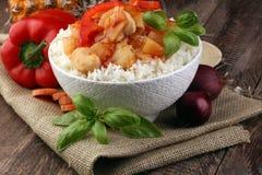 Galinha do agridoce no arroz no fundo de madeira Imagem de Stock