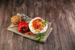 Galinha do agridoce no arroz no fundo de madeira Fotos de Stock