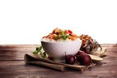 Galinha do agridoce no arroz no fundo de madeira Fotografia de Stock Royalty Free