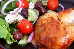 Galinha do assado e salada grega Imagem de Stock Royalty Free