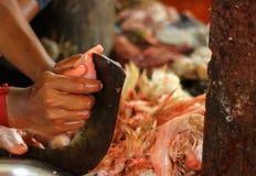 Galinha do corte do carniceiro em um dao ereto da lâmina com mão para a venda fotos de stock