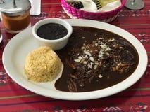 Galinha do negro da toupeira do engodo de Pollo aka com molho preto da toupeira em uma placa em um restaurante mexicano imagem de stock royalty free