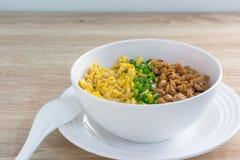 Galinha e ovo com molho sobre o arroz Foto de Stock