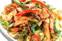 Galinha e salada da massa Imagens de Stock Royalty Free