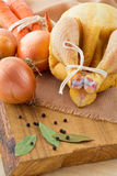 Galinha e vegetais crus Foto de Stock