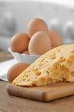 A galinha eggs no prato branco com queijo em um de madeira Imagens de Stock Royalty Free