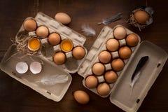 A galinha eggs a vida ainda colocada plano rústica com o alimento à moda Fotos de Stock Royalty Free