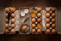 A galinha eggs a vida ainda colocada plano rústica com o alimento à moda Imagem de Stock