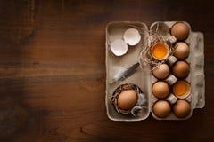 A galinha eggs a vida ainda colocada plano rústica com o alimento à moda Fotos de Stock