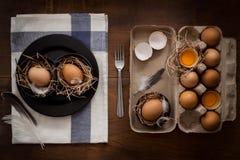 A galinha eggs a vida imóvel rústica com o alimento à moda Fotos de Stock