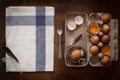 A galinha eggs a vida imóvel rústica com o alimento à moda Imagem de Stock