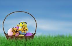 Galinha em um ovo da páscoa na cesta 3d rendem Fotos de Stock