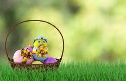 Galinha em um ovo da páscoa na cesta 3d rendem Imagem de Stock Royalty Free