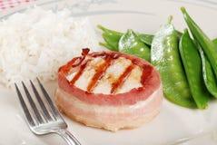 Galinha envolvida bacon com arroz e ervilhas de neve Imagem de Stock Royalty Free