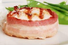 Galinha envolvida bacon com ervilhas de neve Imagem de Stock Royalty Free