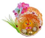 Galinha feito a mão da Páscoa com os ovos no ninho da linha e do papel isolados fotografia de stock royalty free