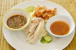 Galinha fervida e fritada no arroz cozinhado com molho de mergulho diferente na placa Fotografia de Stock Royalty Free