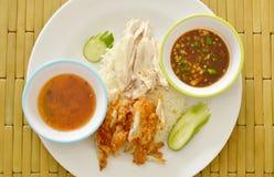 Galinha fervida e fritada no arroz cozinhado com molho de mergulho diferente na placa Foto de Stock Royalty Free