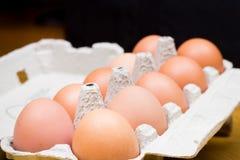 A galinha fresca eggs na tabela de madeira velha Imagens de Stock Royalty Free