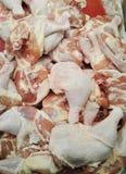 Galinha fresca Pés de galinha crus frescos na bandeja Imagens de Stock