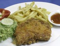 Galinha fritada com fritadas e vegetais da batata Fotografia de Stock Royalty Free
