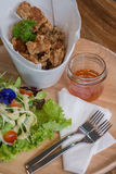 Galinha fritada com salada Fotografia de Stock