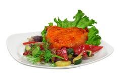 Galinha fritada em uma placa com vegetais Foto de Stock Royalty Free