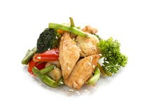 Galinha, fritada no FRIGIDEIRA CHINESA com os vegetais no molho de soja Almoço asiático imagem de stock