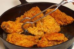 Galinha fritada que cozinha em uma frigideira Imagens de Stock Royalty Free