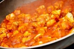 A galinha fritou no molho de tomate em um saucepan Imagem de Stock Royalty Free