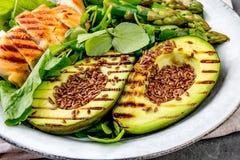 Galinha grelhada saudável, abacate grelhado e salada do aspargo com sementes de linho Almoço equilibrado na bacia Ardósia cinzent Imagens de Stock Royalty Free