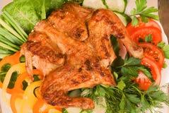 Galinha grelhada Tapakats (Tabaka) com vegetais Imagem de Stock