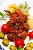A galinha grelhou com batatas fervidas e conservou tomates Fotografia de Stock