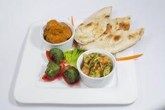 Galinha Harialy Kabab, caril do masala de Tikka da galinha, vegetal indiano da mistura do estilo, nan liso e bandeja de salada ve Fotografia de Stock Royalty Free