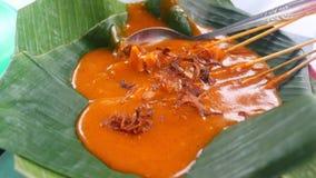 Galinha indonésia Satay com molho picante tradicional Imagens de Stock Royalty Free