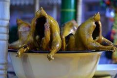 Galinha inteira, alimento chinês, guloseimas de Xinjiang Uyghur no mercado da noite de Kashgar fotos de stock