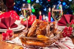 Galinha inteira cozida ou roasted na tabela do Natal foto de stock