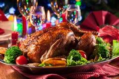 Galinha inteira cozida ou roasted na tabela do Natal fotografia de stock