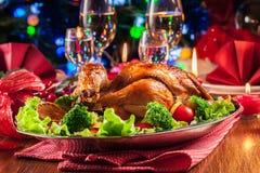 Galinha inteira cozida ou roasted na tabela do Natal foto de stock royalty free