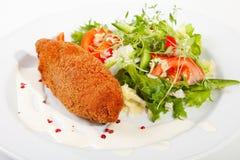 Galinha kiev do alho com salada misturada da folha Imagem de Stock Royalty Free