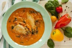 Galinha no molho de tomate cremoso com espinafres fotografia de stock