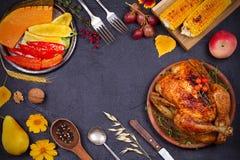 Galinha ou peru inteiro, frutos e vegetais grelhados do outono: milho, abóbora, paprika Conceito do alimento do dia da ação de gr Fotografia de Stock Royalty Free