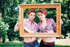 Galinha-partido Rockabilly no parque Pés das meninas na moldura para retrato Imagem de Stock
