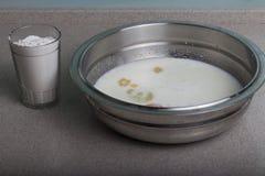 a galinha quebrada eggs em uma placa com leite e especiarias Fazendo um omlet imagem de stock royalty free