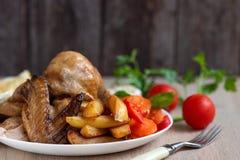 Galinha Roasted, batatas e vegetais na placa no fundo de madeira Vista lateral fotos de stock