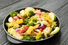 Galinha Roasted com brócolis, abobrinha, alho-porro e couves de Bruxelas Imagens de Stock Royalty Free