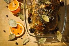 Galinha Roasted com fruta alaranjada e as ameixas secadas imagens de stock royalty free