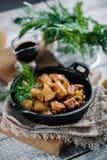 A galinha Roasted com maçãs serviu com aneto fresco na bandeja preta do ferro Fotos de Stock Royalty Free
