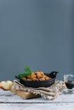 A galinha Roasted com maçãs serviu com aneto fresco na bandeja preta do ferro, espaço da cópia Imagem de Stock Royalty Free