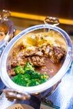 Galinha Roasted, erva-benta, batata, molho de pimenta, fusão tailandesa no lustre imagem de stock